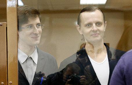 Предполагаемые участники хакерской группировки «Шалтай-Болтай» Александр Филинов и Константин Тепляков (слева направо) во время оглашения приговора в Мосгорсуде.