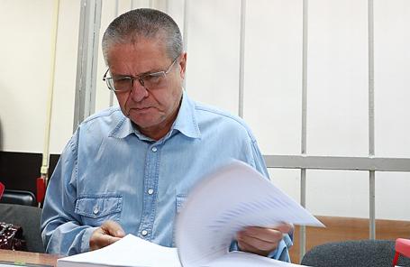 Бывший министр экономического развития РФ Алексей Улюкаев, обвиняемый в получении взятки в 2 миллиона долларов, перед началом допроса свидетелей обвинения по делу в Замоскворецком суде, 7 сентября 2017.