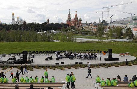 Вид на концертный зал на территории парка «Зарядье» у стен Кремля.