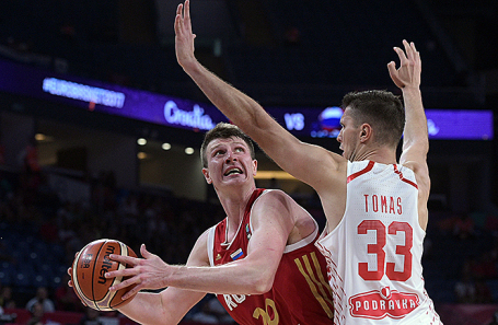 Игроки сборной России Андрей Воронцевич и сборной Хорватии Марко Томас (слева направо) в матче 1/8 финала чемпионата Европы по баскетболу между Хорватией и Россией.