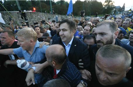 Михаил Саакашвили (в центре) в окружении сторонников на польско-украинской границе.