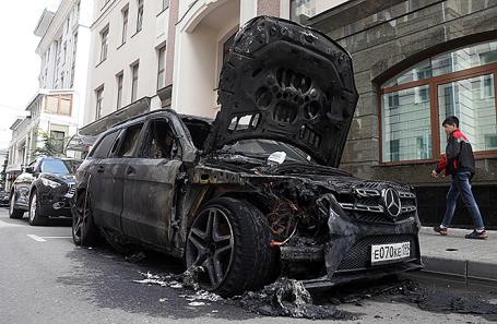 Сгоревшая машина около офиса адвоката режиссера Алексея Учителя – Константина Добрынина – в Староконюшенном переулке в Москве, 11 сентября 2017.