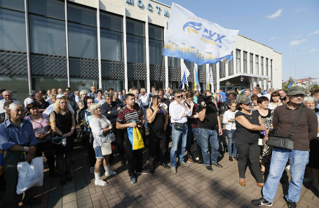 Сторонники Михаила Саакашвили ожидают его прибытия на железнодорожной станции.