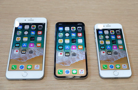 Модели iPhone 8 Plus, iPhone X и iPhone 8.