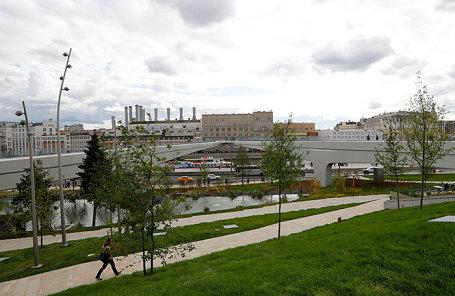 Вид на «парящий мост» на территории парка «Зарядье» у стен Кремля.