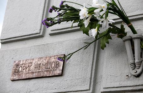 Табличка на фасаде дома, где жил политик Борис Немцов, на Малой Ордынке.