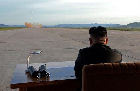 Лидер Северной Кореии Ким Чен Ын наблюдает за запуском ракеты Hwasong-12.
