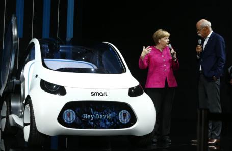 Канцлер Германии Ангела Меркель беседует с генеральным директором Mercedes Дитером Цетше во время открытия Франкфуртского автосалона (IAA). 14 сентября 2017 года.