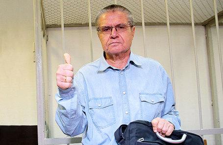 Бывший министр экономического развития РФ Алексей Улюкаев, обвиняемый в получении взятки в 2 миллиона долларов, во время слушаний в Замоскворецком суде.