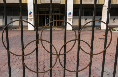 Здание Олимпийского комитета России на Лужнецкой набережной.