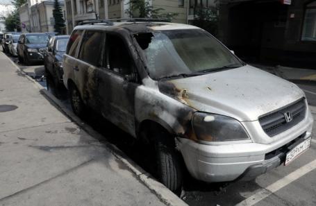 Сгоревшая машина около офиса адвокатской конторы адвоката Константина Добрынина в Староконюшенном переулке.