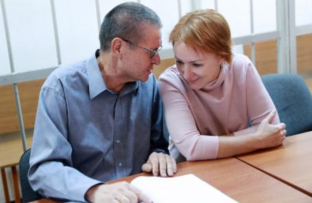 Бывший министр экономического развития РФ Алексей Улюкаев, обвиняемый в получении взятки в 2 миллиона долларов, и адвокат Лариса Каштанова во время заседания в Замоскворецком суде.