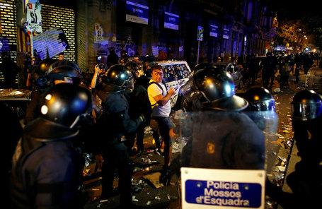 Протестующие и полиция на улицах Барселоны.