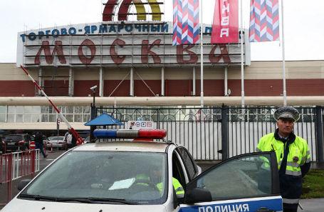 У торгового центра «Москва», где произошел конфликт между сотрудниками и охранниками.