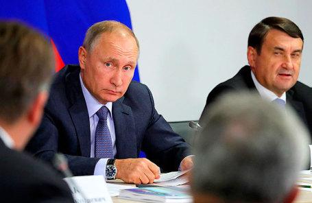 Президент РФ Владимир Путин на заседании президиума Государственного совета, посвящённом вопросам комплексного развития пассажирских перевозок в субъектах Российской Федерации.