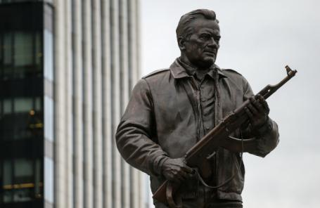 Памятник Михаилу Калашникову в Москве.