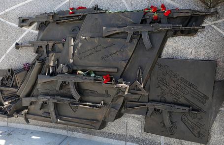 Фрагмент памятника конструктору-оружейнику Михаилу Калашникову работы скульптора Салавата Щербакова в Москве.