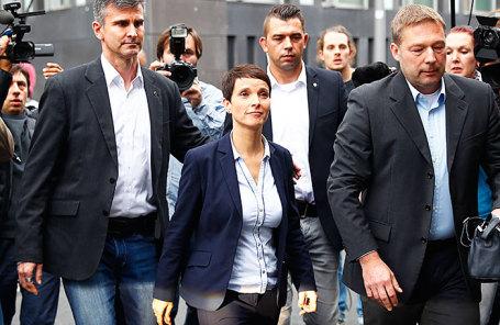 Председатель партии «Альтернатива для Германии» Фрауке Петри (в центре).