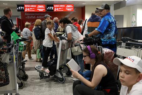 Пассажиры задержанных рейсов авиакомпании «ВИМ-Авиа» в аэропорту «Домодедово».