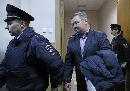 Генеральный директор авиакомпании «ВИМ-Авиа» Александр Кочнев (справа), задержанный по подозрению в мошенничестве в особо крупном размере, перед рассмотрением ходатайства следствия об избрании меры пресечения в Басманном суде.