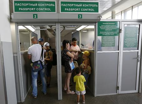 Пассажиры во время прохождения паспортного контроля.