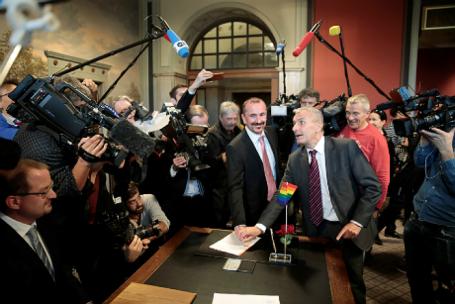 Однополая пара Карл Крейле и Бодо Менде заключили брак в ЗАГСе Берлина.