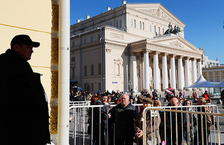 Очередь в кассу Большого театра России во время предварительной продажи билетов на спектакли «Щелкунчик» в 242-м сезоне.