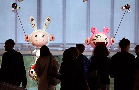 Скульптуры «Кайкай» и «Кики» на выставке японского художника Такаси Мураками «Будет ласковый дождь» в музее современного искусства «Гараж».