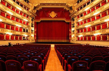 Вид на оперный театр Ла Скала в Милане.