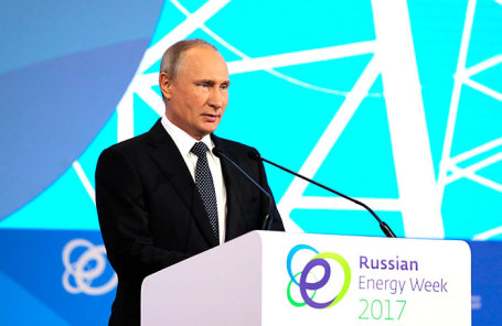 Президент России Владимир Путин на пленарном заседании «Энергия для глобального роста» первого Международного форума по энергоэффективности и развитию энергетики «Российская энергетическая неделя».