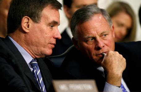 Председатель разведывательного комитета Сената США Ричард Берр и член-корреспондент Марк Уорнер беседуют во время слушаний о вмешательстве России в выборы в США.