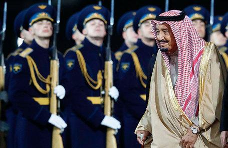 Король Саудовской Аравии Салман во время приветственной церемонии в аэропорту «Внуково».