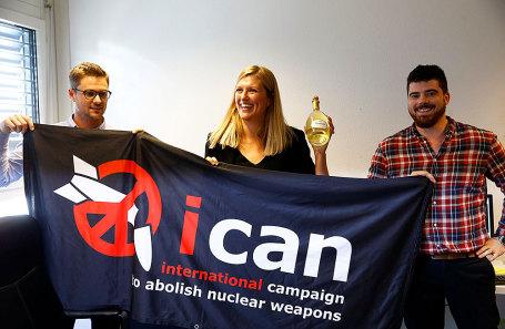 Беатрис Фин, исполнительный директор Международной кампании по уничтожению ядерного оружия (ICAN), ее супруг Уильм Фимм Рамзай (справа) и Даниэль Хогст отмечают присвоение Нобелевской премии мира 2017 года в Женеве, Швейцария 6 октября 2017.