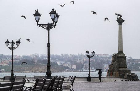На набережной у памятника затопленным кораблям в Севастополе.
