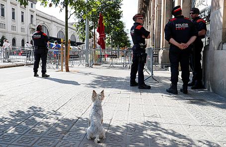 Полиция у здания парламента в Барселоне.