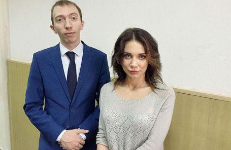 Невеста Никиты Белых Екатерина Рейферт и представляющий ее интересы адвокат Даниил Берман.