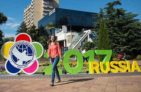 Во время подготовки к открытию XIX Всемирного фестиваля молодежи и студентов в Сочи.