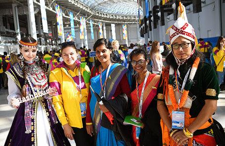 Участники XIX Всемирного фестиваля молодежи и студентов в Олимпийском парке.