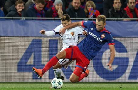 Игроки «Базеля» Ренато Штеффен и ЦСКА Алексей Березуцкий (слева направо) в матче группового этапа Лиги чемпионов УЕФА.