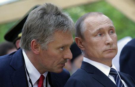Пресс-секретарь президента РФ Дмитрий Песков и президент России Владимир Путин (слева направо).Михаил Метцель/ТАСС