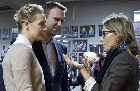 Оппозиционер Алексей Навальный с супругой Юлией и телеведущая Ксения Собчак (слева направо).