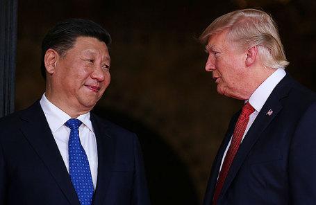 Президент США Дональд Трамп (слева) приветствует президента Китая Си Цзиньпина.