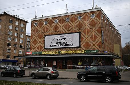 Вид на театр Армена Джигарханяна на Ломоносовском проспекте в Москве.