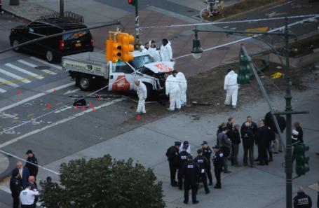 Сотрудники правоохранительных органов на месте теракта в Нью-Йорке.