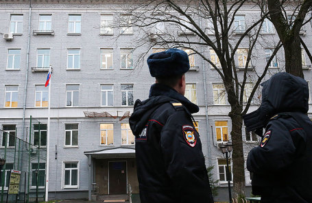 У здания учебного заведения «Западный комплекс непрерывного образования» на улице Гвардейская, где были обнаружены тела преподавателя ОБЖ и студента.