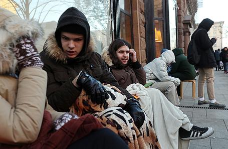 Очередь у магазина re:Store на Тверской улице в ожидании начала продаж смартфонов iPhone X.