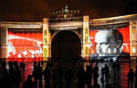 Во время фестиваля света, посвященного 100-летию революции 1917 года, на Дворцовой площади.