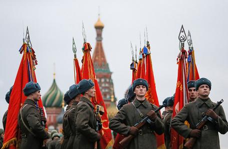 НаКрасной площади пройдет праздничный марш вчесть 76-й годовщины исторического парада