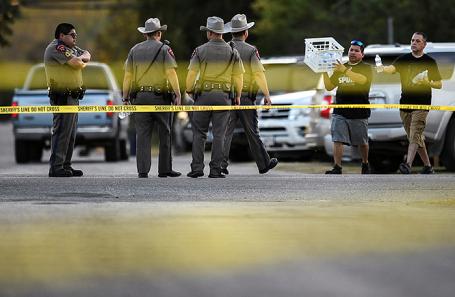 Полиция на месте происшествия в Сазерленд-Спрингс в Техасе, США.