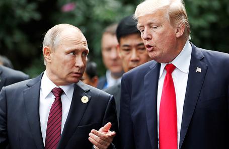 Президент России Владимир Путин и президент США Дональд Трамп (слева направо) перед церемонией совместного фотографирования в рамках 25-го саммита форума «Азиатско-тихоокеанское экономическое сотрудничество» (АТЭС) в Дананге, Вьетнам.